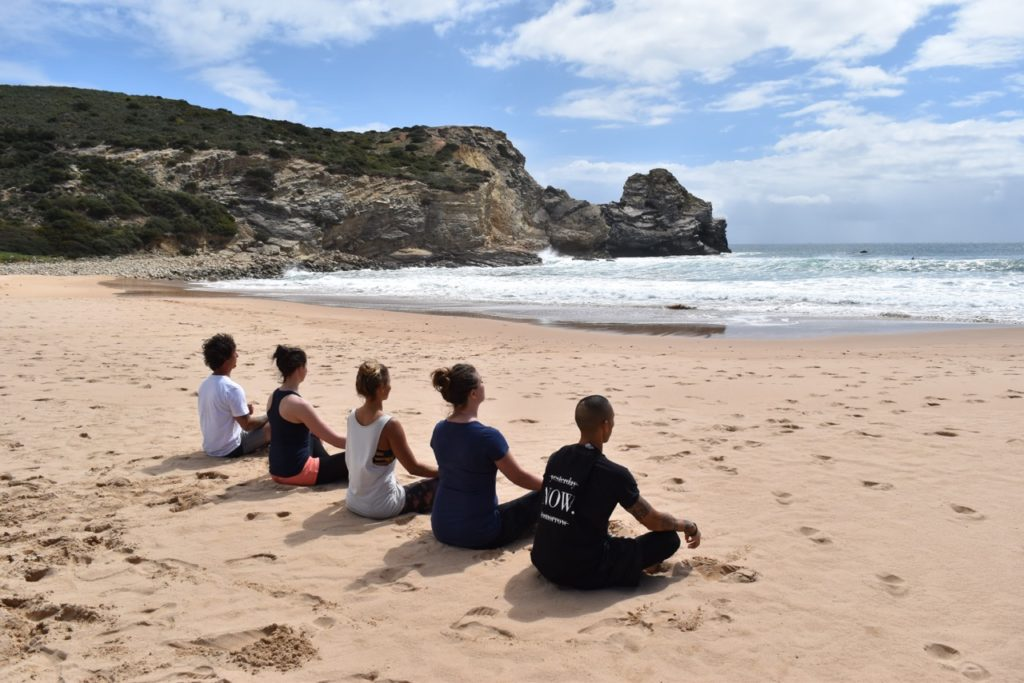 Yoga am Strand in Portugal